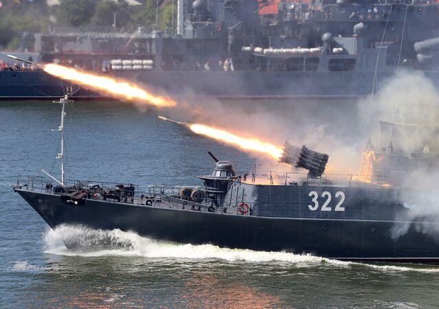 Vrhač raketových hlubinných pum RBU 6000 na malém protilodním plavidle Baltské flotily Kabardinsko-Balkarsko během oslav Dne vojenského námořnictva v Baltijsku