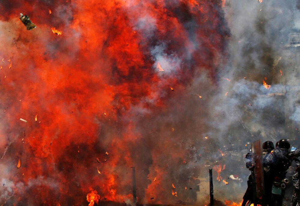 Srážky demonstrantů s policií během nepokojů v Caracasu, Venezuela