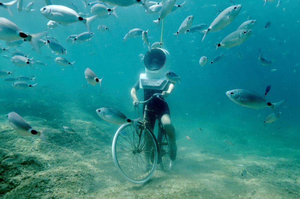 Žena na kole v Podvodním parku v Pule, Chorvatsko