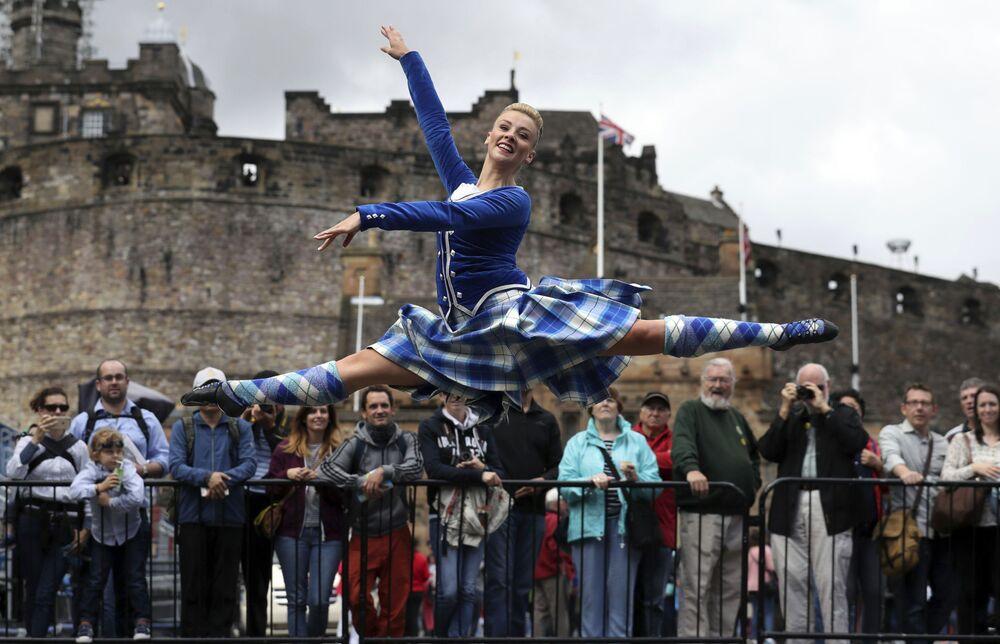 Tanečnice Elayne Seaton z Tattoo Dance Company tančí vedle Edinburského hradu na Královské edinburské přehlídce vojenských orchestrů