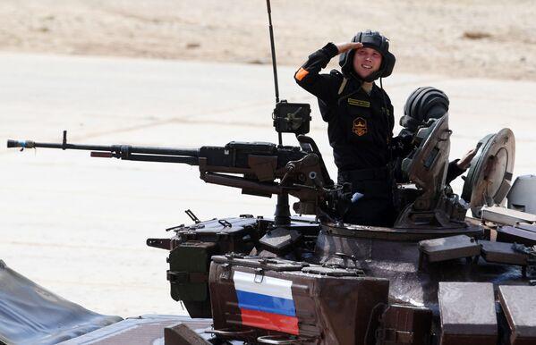 Posádka týmu ruské armády se účastní soutěže v tankovém biatlonu Armádních mezinárodních Her 2017 na polygonu Alabino - Sputnik Česká republika