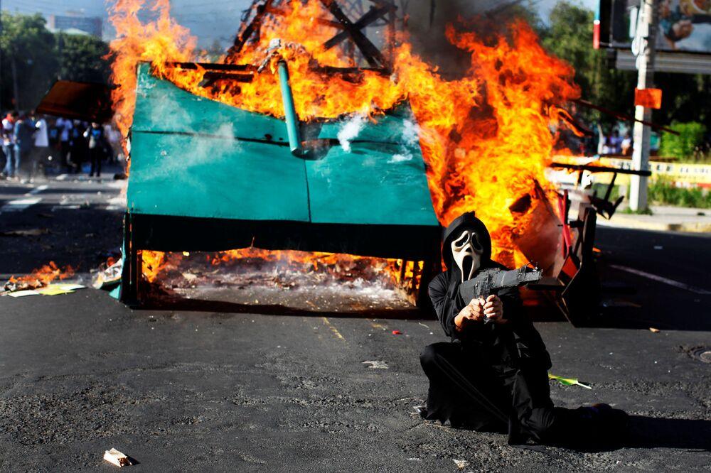 Účastník pochodu na počest studentů zabitých salvadorskými vojáky během protestů v roce 1975, San Salvador