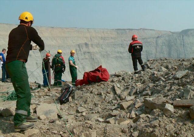 Průmysloví horolezci zachraňují horníky ze zatopeného dolu v Jakutsku
