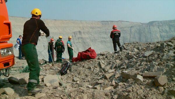 Průmysloví horolezci zachraňují horníky ze zatopeného dolu v Jakutsku - Sputnik Česká republika