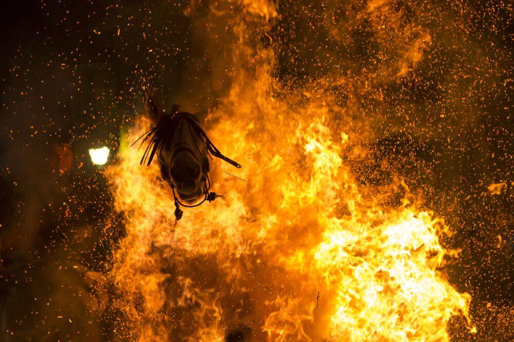 Viсtor Blanсo s fotkou Očišťující oheň se dostal na třetí místo v soutěži v nominaci Moje planeta. Jednotlivé fotografie