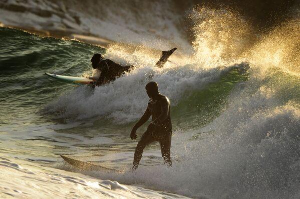 Fotograf Jurij Smitjuk se svoji prací Zimní surfing na tichomořském pobřeží Ruska má třetí místo v nominaci Sport. Série fotografií - Sputnik Česká republika