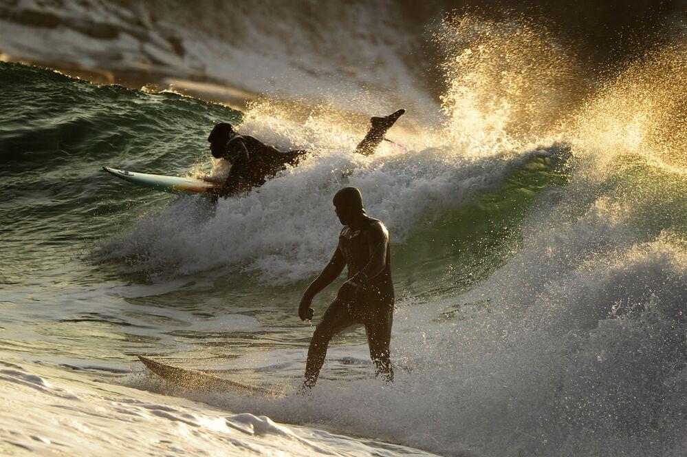 Fotograf Jurij Smitjuk se svoji prací Zimní surfing na tichomořském pobřeží Ruska má třetí místo v nominaci Sport. Série fotografií