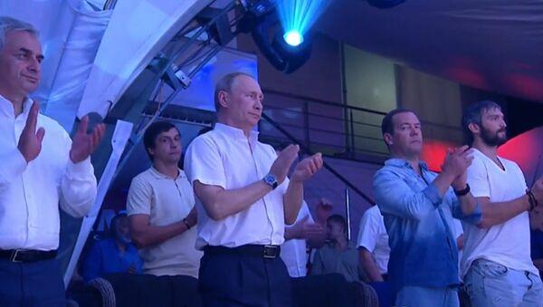 Vladimir Putin navštívil Mezinárodní turnaj v bojovém sambu Plotforma S-70 - Sputnik Česká republika