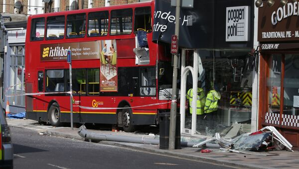Dvoupodlažní autobus narazil v Londýně do obchodu - Sputnik Česká republika