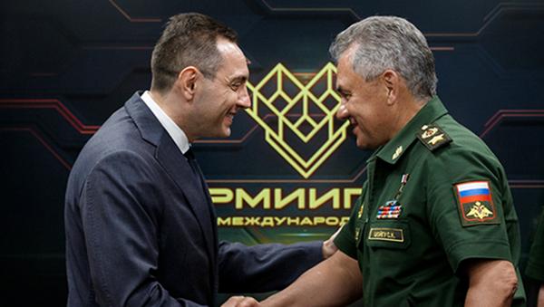 Srbský ministr obrany Aleksandar Vulin a jeho protějšek Sergej Šojgu - Sputnik Česká republika