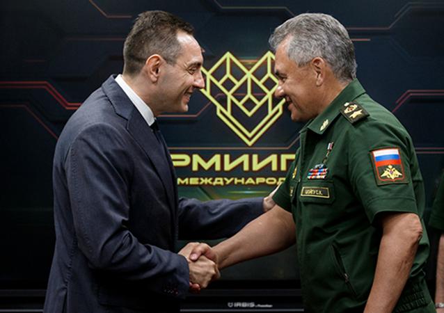 Srbský ministr obrany Aleksander Vulin a ruský ministr obrany Sergej Šojgu