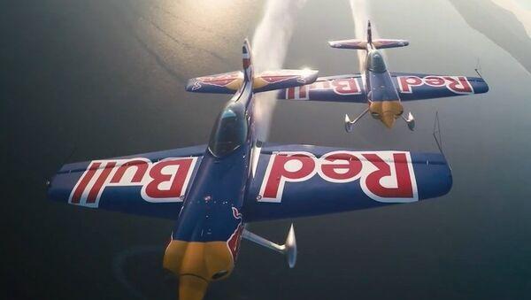 Britští piloti uskutečnili synchronní let přes hangár - Sputnik Česká republika