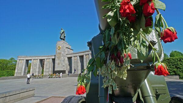 Pomník sovětským vojákům v Tiergartenu - Sputnik Česká republika