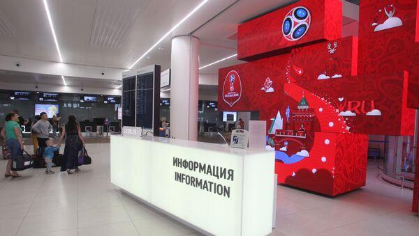 Informační stojan se symbolikou Mistrovství světa ve fotbalu 2018 v novém terminálu letiště Strigino - Sputnik Česká republika