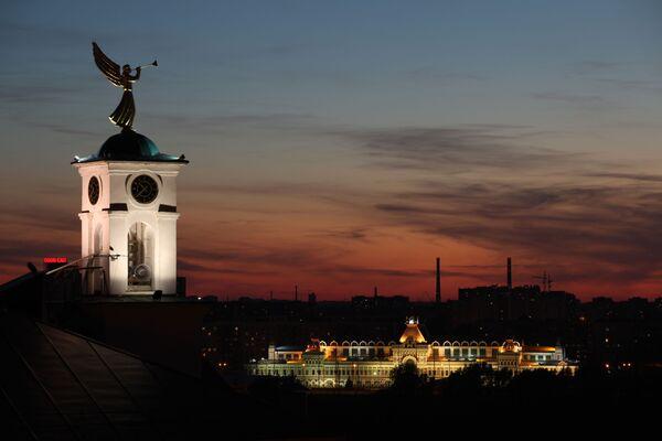 Hodinová věž nižněnovgorodského semináře s korouhvičkou ve tvaru anděla a Nižněnovgorodský jarmark v Nižním Novgorodu - Sputnik Česká republika
