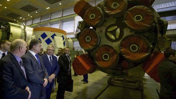Petro Porošenko během návštěv podniku Južmaš - Sputnik Česká republika