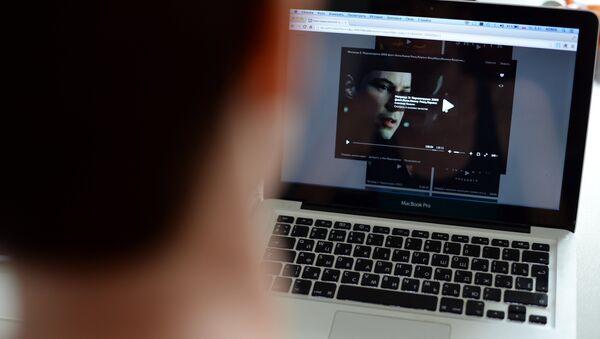 Uživatel internetu se dívá na film - Sputnik Česká republika