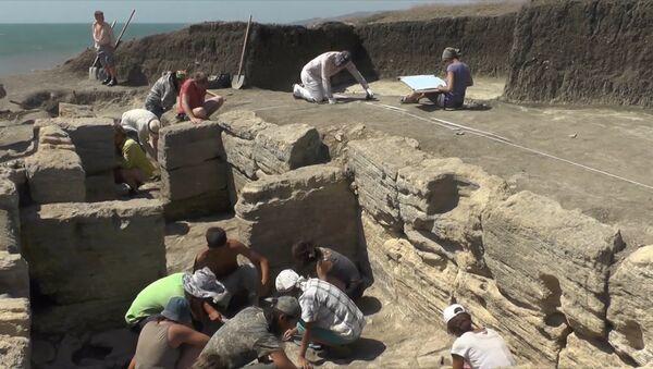 U Kerče našli vzácnou mramorovou desku ze 3. století našeho letopočtu - Sputnik Česká republika