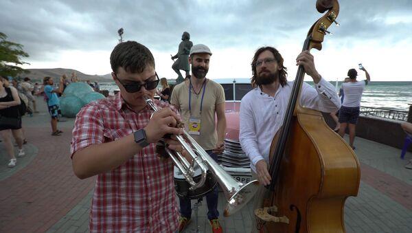 Slepý trumpetista si svoji hrou podmanil turisty na nábřeží Koktebelu - Sputnik Česká republika