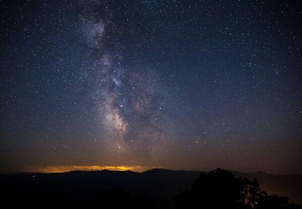 Hvězdné nebe v Krasnojarském kraji během pozorování meteorického roje Perseidy - Sputnik Česká republika