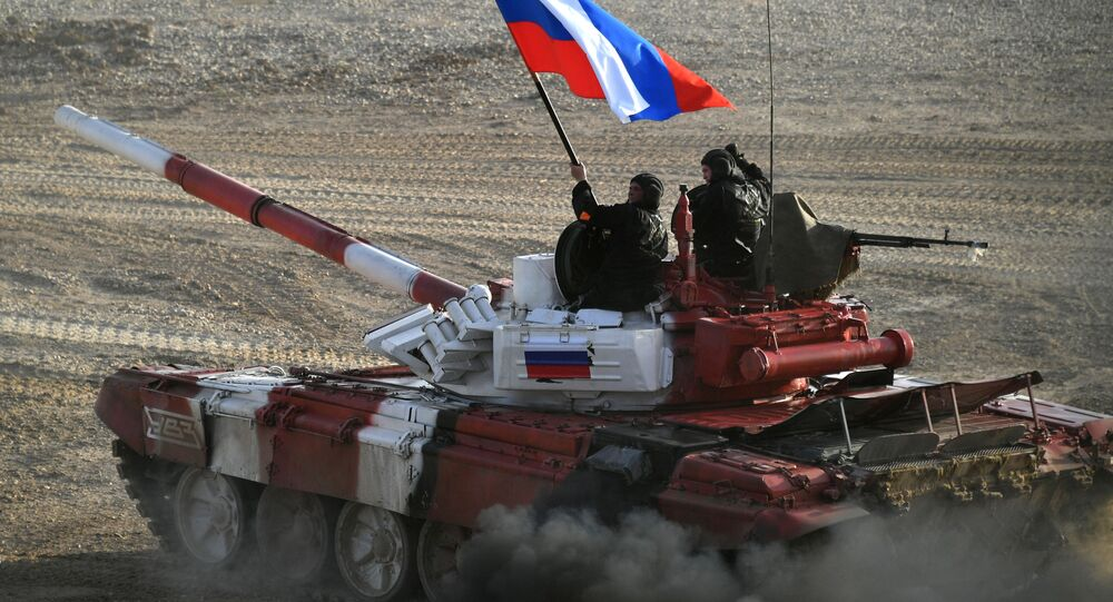 Tank ruského armádního týmu ve finálové štafetě soutěže v tankovém biatlonu Armádních mezinárodních her 2017 na polygonu Alabino, Moskevská oblast