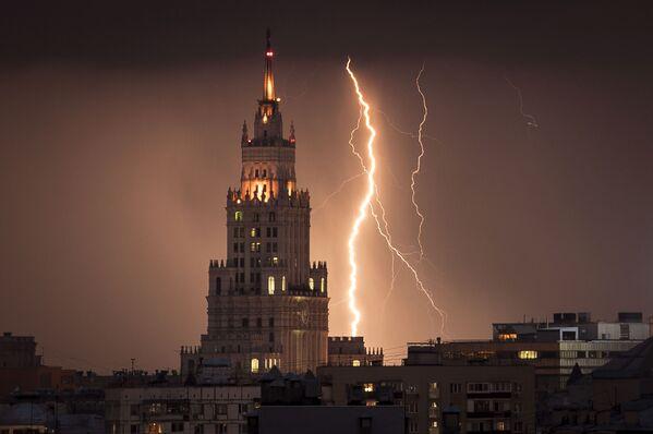 Blesk vedle stalinské výškové budovy v Moskvě - Sputnik Česká republika