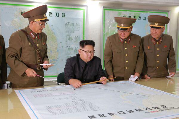 Vůdce KLDR Kim Čong-un si prohlíží mapu - Sputnik Česká republika