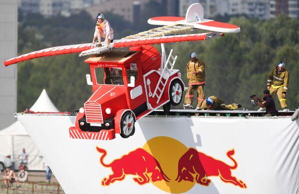 Účastník festivalu vlastnoručně vyrobených létajících přístrojů Red Bull Flugtag 2017 v Moskvě - Sputnik Česká republika