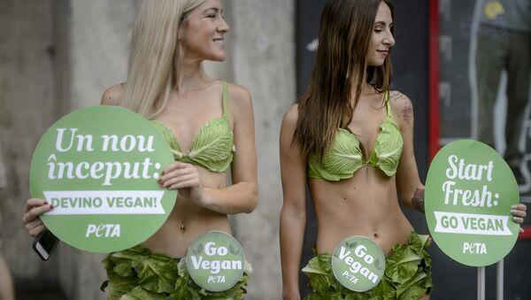 Aktivistky PETA ze skupiny Salátové lady vyzývají k veganství, Bukurešť, Rumunsko - Sputnik Česká republika