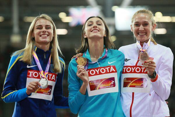 Vítězky soutěže v skocích do výšky žen na MS v atletice v Londýně: Julia Levčenková, Maria Lasickeneová a Kamila Licvinková - Sputnik Česká republika
