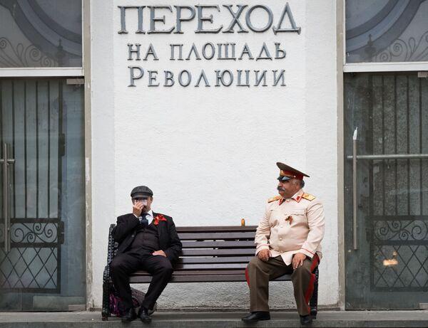 Herci zobrazující Vladimira Lenina a Josifa Stalina na lavičce v centru Moskvy - Sputnik Česká republika