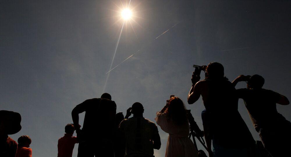 Lidé sledují zatmění Slunce v Hopkinsville, Kentucky, 21. srpna 2017.