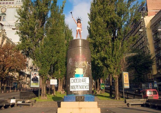 Polonahá aktivistka Femen házela bonbóny Roshen z Leninova pomníku v Kyjevě