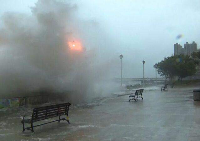 Rozbouřený živel: tajfun Hato. Video