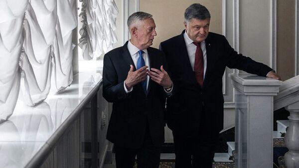 Ukrajinský prezident Petro Porošenko a americký ministr obrany James Mattis - Sputnik Česká republika