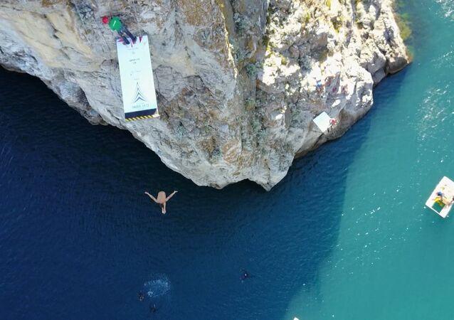 Brit vyhrál závod v x-divingu na Krymu. Video