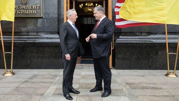 Ukrajinský prezindent Petro Porošenko a americký ministr obrany James Mattis - Sputnik Česká republika