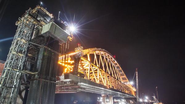 Stavitelé vyzdvihli železniční oblouk Krymského mostu do projektované výšky - Sputnik Česká republika