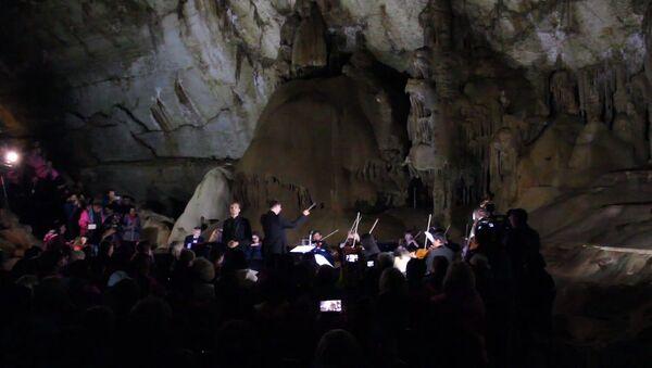 Podzemní koncert: hudebníci si zahráli klasiku v Mramorové jeskyni na Krymu - Sputnik Česká republika