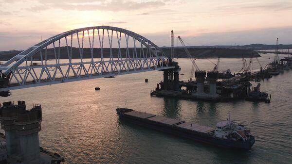 Pod železničním obloukem Krymského mostu proplula první loď - Světec Alexej - Sputnik Česká republika