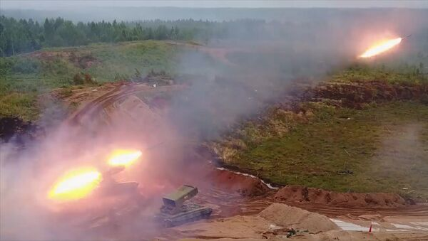 Střelby z těžkého raketometu TOS-1A Soltsepek v Leningradské oblasti - Sputnik Česká republika