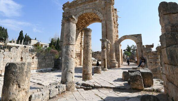 Римская мощеная дорога и Триумфальная арка в древнем финикийском городе Тир, Ливан - Sputnik Česká republika
