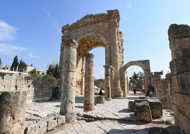 Римская мощеная дорога и Триумфальная арка в древнем финикийском городе Тир, Ливан