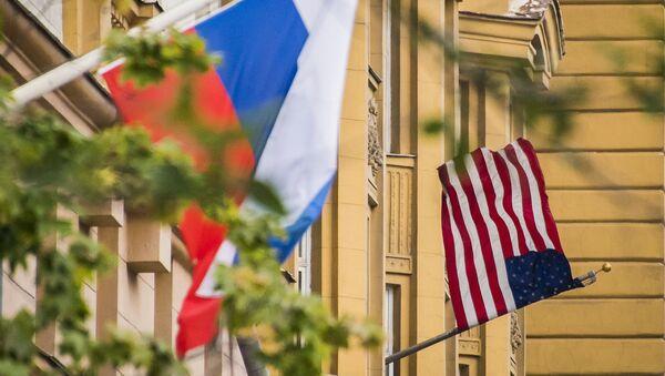 Vlajky Ruska a USA na budově americké ambasády v Moskvě - Sputnik Česká republika