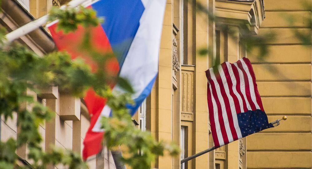 Vlajky Ruska a USA na budově americké ambasády v Moskvě