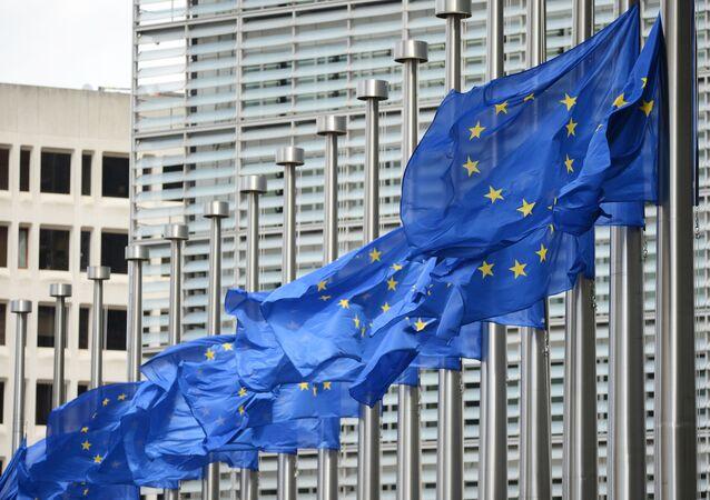 Vlajky vedle budovy Eurokomise