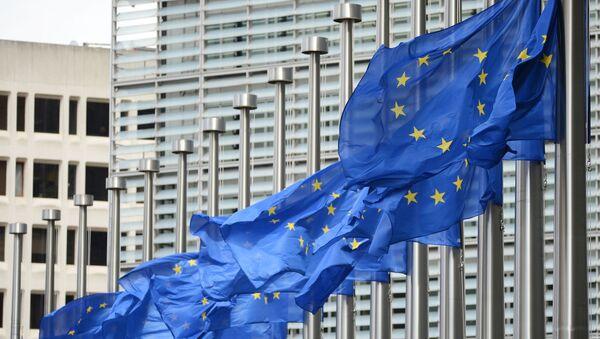 Vlajky vedle budovy Eurokomise - Sputnik Česká republika