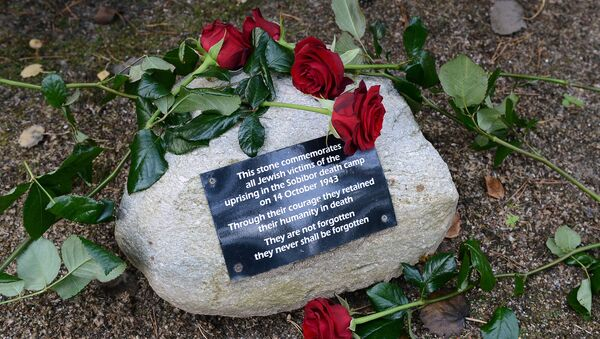 Růže u památníku Kurgan na místě koncentráku Sobibor v Polsku - Sputnik Česká republika