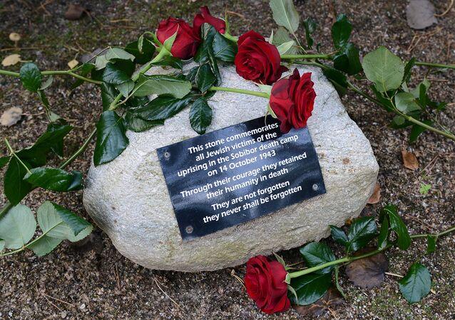 Růže u památníku Kurgan na místě koncentráku Sobibor v Polsku