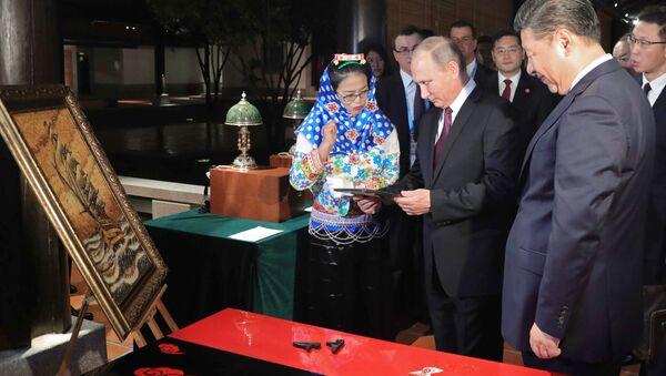Ruský prezident Vladimir Putin a čínská hlava státu Si Ťin-pching navštívili výstavu čínského lidového řemesla - Sputnik Česká republika